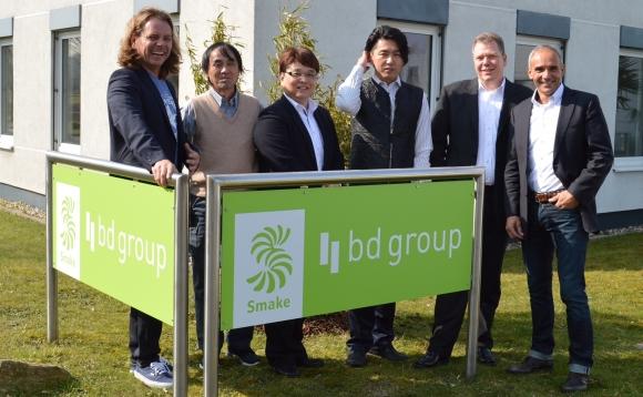 Am Unternehmenssitz von B&D Merchandising in Castrop-Rauxel fand die Produktionsbesichtigung statt. V.l.: Thomas Drees (B&D), Kazu Sawada, Nori Fujiwara und Rio Tajima (alle Tajima), Markus Landenberger (Mountek) und Mark Busche (B&D).