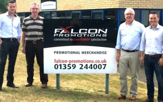Übergabe in Woolpit (v.l.): Matt Franks (CEO Fluid Branding), Les Wright und Paul Peachey (die ehemaligen Eigentümer von Falcon Promotions) und Miles Lovegrove (Managing Director Fluid Branding).