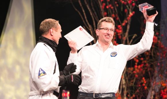 Galaktisch gute Stimmung herrschte bei der marke|ding| plus-night. Veranstalter Martin Zettl (l) im Astronauten-Outfit übergab den Publikumsaward an Manuel Weber von rent a cook.
