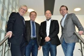 Heiner Jansen (l) und Torsten Jansen (r) freuen sich mit Holger Kapanski (2.v.r.) und Heinrich Grübener nach der Beurkundung auf die konstruktive Zusammenarbeit im Werbemittelverbund DIE6.