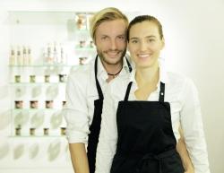 Während Maria Scholz die Buchhaltung im Blick hat und den Kundenkontakt pflegt, kümmert sich Christian Mayer um die Produktion und entwickelt neue Zuckerlsorten.