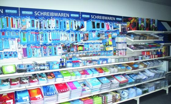 Eine Show-Wand in der Firmenzentrale von Carstensen in Ellerau demonstriert die Bandbreite der unter der Marke Stylex im Fachhandel angebotenen Papier-, Büro- und Schreibwarenartikel. Einige Produkte stehen zukünftig auch dem Werbeartikelhandel zur Verfügung.