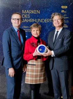 Dr. Kristina Stabernack, Inhaberin und Vorsitzende des Beirats der STI Group, nahm gemeinsam mit STI Group-Geschäftsführer Aleksandar Stojanovic (l) in Berlin die Auszeichnung aus den Händen von Dr. Florian Langenscheidt entgegen.