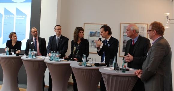 Podiumsdiskussion zur Steuerproblematik. V.l.: Dr. Janine von Wolfersdorff, Ronald Eckert, Michael Pleines, Dr. Tanja Wiebe, Olav Gutting, Lothar Binding und Josef Bösl.