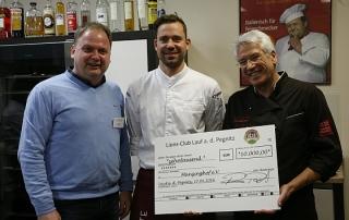 Rudi Raab (r) und Andi Schweiger (m) übergeben den Spendenscheck an Michael Taubmann, Geschäftsführer des Münzinghofs.