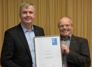 Ralf Niehaus (l), Geschäftsführer von HAN Bürogeräte, und Designer Henrich Piltz nahmen in Frankfurt die Siegerurkunde entgegen.