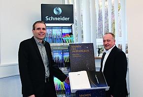 Präsentieren stolz den Eintrag im Sammelband Marken des Jahrhunderts – Stars 2016: Geschäftsführer Frank Groß (l) und Verkaufsleiter für den Bereich Werbeartikel Klaus Broghammer.