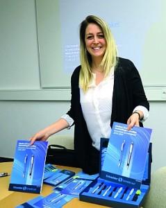 Martina Schneider, Enkelin des Firmengründers Christian Schneider, präsentiert die neue Promotion- Kampagne.