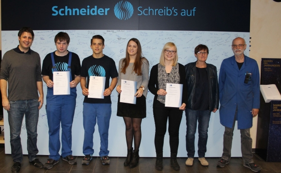 Geschäftsführer Christian Schneider (l), die kaufmännische Ausbildungsleiterin Susanne Eiermann und der gewerbliche Ausbildungsleiter Hans-Dieter Lehmann gratulieren den Auszubildenden zur bestandenen Prüfung.