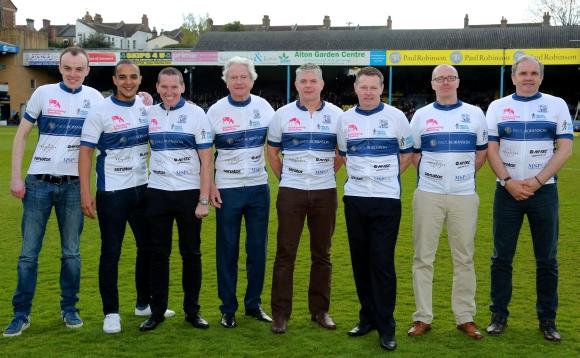 Das Radrennteam des Fußballvereins Southend United geht mit gesponserten Shirts an den Start.