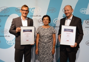 Monika Geßner, Vorstand des BdW, überreichte den alfi-Geschäftsführern Bernhard Mittelmann (l) und Hubert Sauter am Unternehmenssitz in Wertheim die Urkunden.