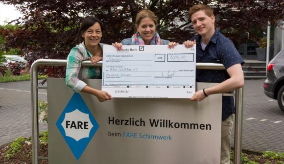 Vesna Kronenthal (l), Carina Hartmann und Björn Kaiser von Fare freuen sich über die erfolgreiche Spendenaktion.