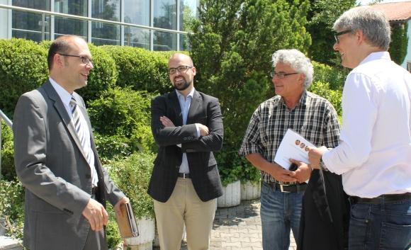 """Markus Kössinger (l), Vorstand der Kössinger AG, und Kössinger-Vertriebsleiter Ralf """"Felix"""" Zahn (2.v.r.) heißen PSI-Chef Michael Freter (r) und PSI-Key Account Manager Armin Cyrus am Unternehmenssitz in Schierling willkommen."""