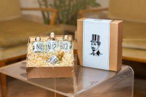 Die B2B-Box enthält Zutaten für vier Drinks. Das Flaschendesign im Stil der 20er-Jahre verweist auf die Prohibitionszeit, in der viele der heutigen Klassiker entstanden sind.