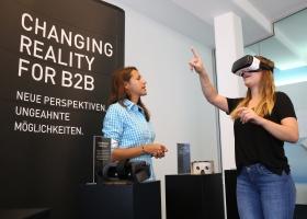 """Zu den """"Werbemitteln der Zukunft"""" gehörte u.a. eine VR-Brille, mit der man in ein 360°-Video über ein modernes Labor eintauchen konnte."""