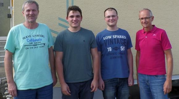 Roland Schulz (l), Verkaufsleiter der emotion factory, und Armin Rigoni (r), Geschäftsführer der Heri-Rigoni GmbH, begrüßen die neuen Auszubildenden Timo Roth (2.v.l.) und Marc Herr.
