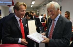Mitraco-Chef Wolfgang Bosch (l) verabschiedet Unternehmensgründer Fritz Bauer in den Ruhestand.