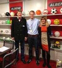 Am Stand von Albene auf der PSI-Messe 2013 (v.l.): Geschäftsführer Wolf F. Rüdiger (l) mit Sohn Julius und Ehefrau Renate Rüdiger.