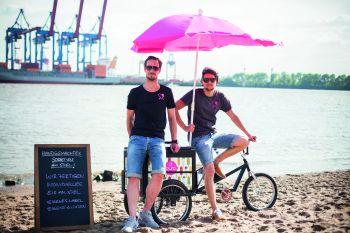 Lieben Sport und gute Ernährung, wollen dabei aber keinesfalls auf süße Erfrischungen verzichten: Gerrit Jakobs (l) und Stefan Kramer von puro ice pops.