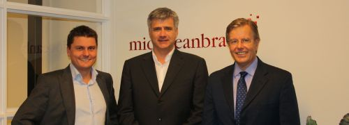 V.l.: Pieter Boonekamp, International Sales and Marketing Director bei Mid Ocean Brands, Christof Achhammer und Rutger de Planque, CEO von Mid Ocean Brands.