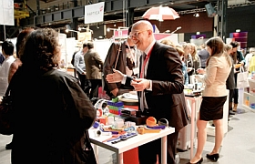 Auch bei ihrer zweiten Veranstaltung weiß die HAPTICA® live in Köln mit ihrem Veranstaltungsmix aus Produktausstellung, Best Practice-Sonderschau, Promotional Gift Award-Verleihung und Vortragsprogramm zu gefallen: Besucher zeigen sich begeistert von der Vielfalt haptischer Werbung.
