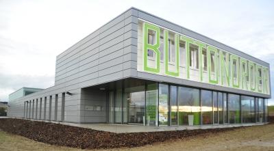 Architektur im Bauhaus-Stil kennzeichnet den neuen Firmensitz von Buttonorder.de.