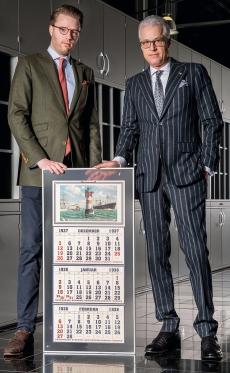 terminic-Geschäftsführer Wolfgang Rolla du Rosey (r) heißt seinen Sohn Huschke im Unternehmen willkommen.