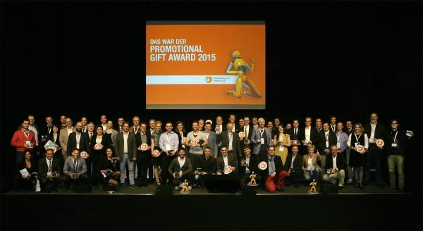 Stolze Gewinner: 47 von 52 Preisträgern des Promotional Gift Award 2015 kamen zur offiziellen Siegerehrung im Rahmen der HAPTICA® live.