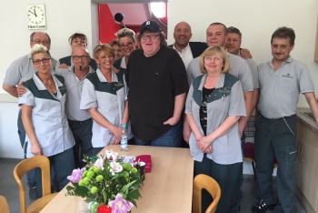 Im Rahmen seines Besuchs sprach Michael Moore (m) mit den Mitarbeitern von Faber-Castell und zeigte sich beeindruckt von der hohen Loyalität zum Unternehmen.