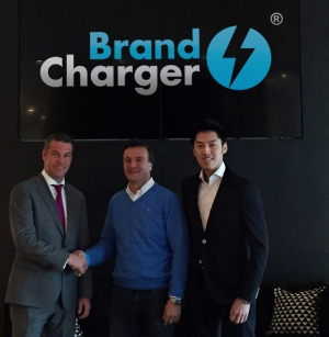 Schlüsselübergabe: Mike Stas (m), Director BrandCharger Europe, und Ethan Ung (r), Vice President Operations BrandCharger, nehmen vom Vermieter des neuen Gebäudes die Schlüssel entgegen.