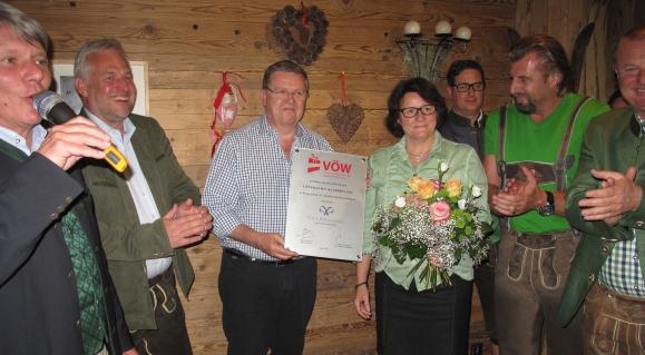 Beim zünftigen Get-together auf der Schöni-Alm nahm Bo Willumsen (m) die Urkunde für die Auszeichnung seines Unternehmens Poul Willumsen zum VÖW-Lieferantenpartner 2014 entgegen.