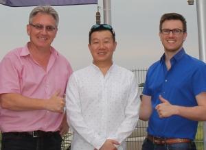 Die Warimex-Geschäftsführer Michael Schmiederer (l) und Tobias Schmiederer (r) mit Jereme Leung.
