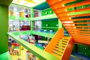 Die bunten Innenräume passen zur farbenfrohen Stifte-Produktwelt und folgen sogar Feng-Shui-Regeln.