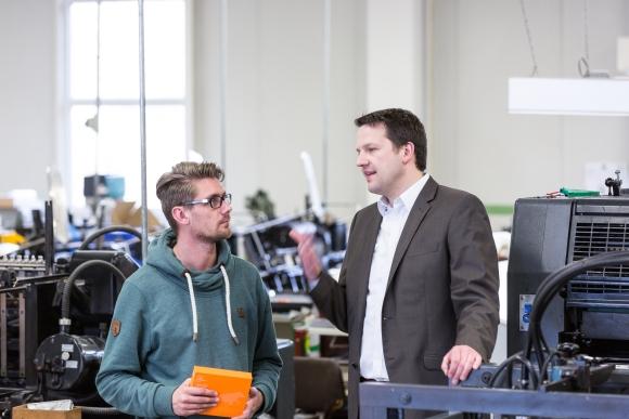 Thorsten Winternheimer (r) im Gespräch mit einem Mitarbeiter.