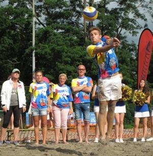 """Mit vollem Körpereinsatz kämpfte sich das Team """"die Langenberg 100 Individuals"""" an die Spitze und entschied das Finale gegen die """"Zogi Knights"""" für sich."""