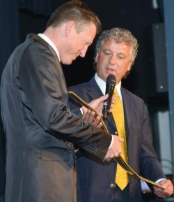 Schirmherr und ehemaliger Fußballbundesligaprofi Erdal Keser (r) übergibt die von Club Crawatte gesponserte Rett-Krawatte an Moderator und Ex-Profischwimmer Christian Keller. (Foto: © Julia Ray)