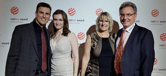 Die beiden Warimex-Geschäftsführer Tobias (1.v.l.) und Michael Schmiederer (1.v.r.) gemeinsam mit ihren Begleiterinnen bei der Red Dot Gala am 29. Juni 2015 in Essen.