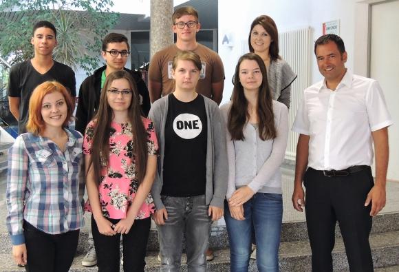 elasto form-Geschäftsführer Marcus Sperber (vorne rechts) mit den neuen Auszubildenden.