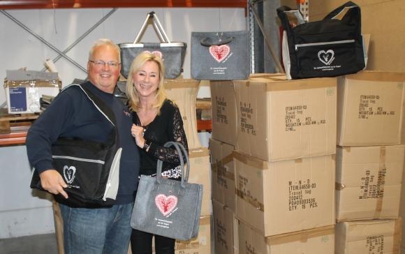 AmedeA-Geschäftsführerin Natalie Kober überreicht die Sachspenden an Bernhard Pfahler vom Roten Kreuz.