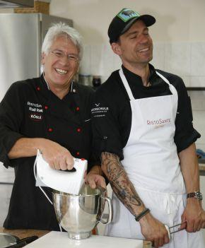 Gastgeber Rudi Raab (l) und Sternekoch Andi Schweiger.