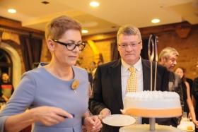 Jolanta Kempa, Leiterin der polnischen Niederlassung, und Inspirion-Geschäftsführer Sönke Hinrichs schneiden gemeinsam die Geburtstagstorte an.