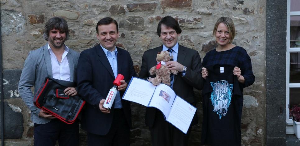 Die Jury des Promotional Gift Award 2016 mit ihren Lieblingsprodukten (v.l.): Michael Mätzener (diewerbeartikel gmbh), Michael Witzorrek (NDR Media GmbH), Michael Scherer (WA Media GmbH) und Miriam Pelzer (Volkswagen Zubehör GmbH). Bei der Jurierung nicht anwesend war Martin Zettl (marke|ding|), der leider kurzfristig absagen musste.