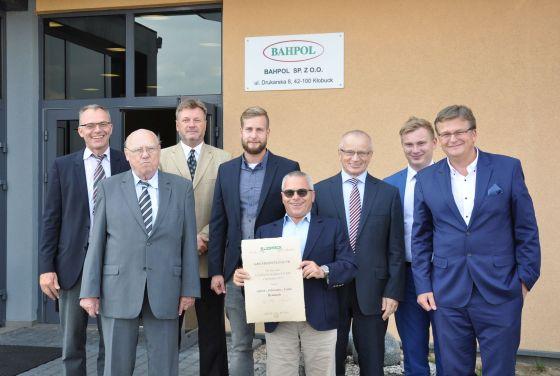 Teamzuwachs: Bahpol ist künftig Teil der Südpack-Gruppe und firmiert unter dem Namen Südpack Kłobuck. Im Bild: Kollegen von Südpack und Bahpol nach der Vertragsunterzeichnung.