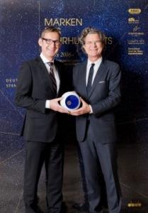 alfi-Geschäftsführer Bernhard Mittelmann (l) nahm die Auszeichnung von Verleger Dr. Florian Langenscheidt entgegen.