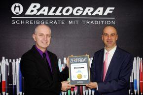Thomas Megeth (l), Geschäftsführer von Ballograf Austria/Germany, nimmt von Jürgen Molner, Country Brand Manager Superbrands Austria, die Auszeichnung entgegen.