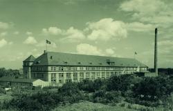 Die Bonner Fahnenfabrik früher und heute.