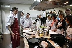 """""""Kochprofi"""" Andi Schweiger (l) gab wertvolle Tipps u.a. zur richtigen Zubereitung von Fisch und Fleisch."""
