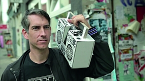 Designer und DJ Axel Pfaender liefert Beats aus der Pappbox.