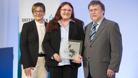 """6.4.2016, Berlin, Preisverleihung """"Mein gutes Beispiel"""" - Unternehmen für die Region mit den Preisträgern: Herr und Frau Kampmann von der Stickerei Kampmann und Patin Birgit Riess."""