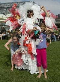 Macht Schluss mit Plastiktüten! – finden auch das Tütenmonster von ChicoBag und seine kleinen Helfer.